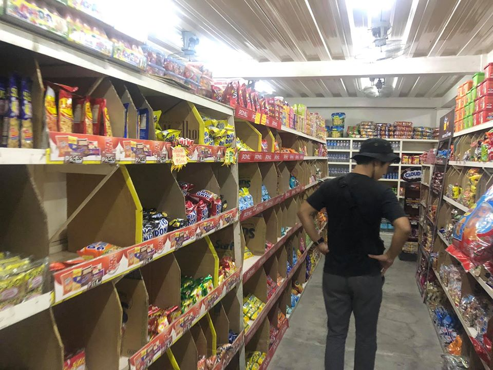 スーパーでお菓子の買い出し